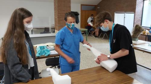 As suturas foron unha das prácticas da visita ao Hospital Rof Codina e ao laboratorio de Habilidades Clínicas en Veterinaria.